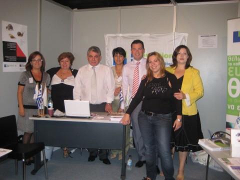 Ο κ. Π. Τζοάννος και οι συνεργάτες του υποκαταστήματός του στο περίπτερο της έκθεσης