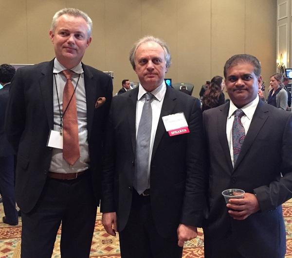 Ο Δρ. Κωνσταντίνος Κωνσταντινίδης (κέντρο) με τον ιδρυτή και πρόεδρο του Society of Robotic Surgery, Professors VIP Patel (δεξιά) & Alex Mottrie (αριστερά), που του έκαναν την τιμητική πρόταση να αναλάβει την προεδρία του επόμενου συνεδρίου του SRS και να το διοργανώσει στην Ελλάδα.