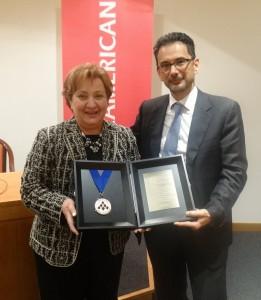 Η Μαρία Παπαδοπούλου, συντονίστρια του Δικτύου Agency της INTERAMERICAN, που τιμήθηκε με την ανώτατη διάκριση της GAMA International, με τον Γιάννη Καντώρο, γενικό διευθυντή ασφαλιστικών εργασιών του ομίλου INTERAMERICAN.