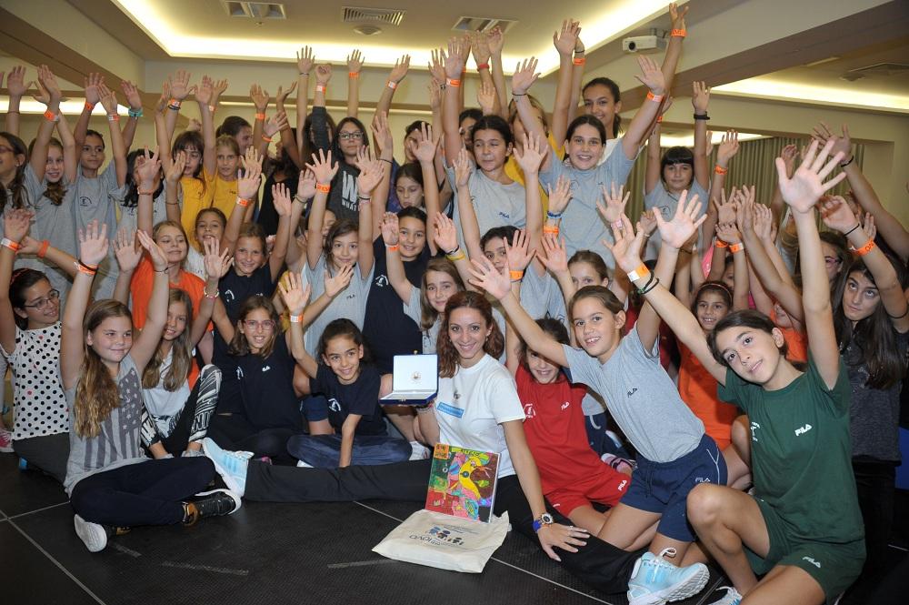 Η Εύα Χριστοδούλου, Ολυμπιονίκης στη ρυθμική γυμναστική, με τις μαθήτριες της Ελληνογερμανικής Αγωγής