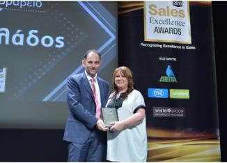 Η Βάσω Κόντε, Sales Support Team Leader NN Hellas παραλαμβάνει το αργυρό βραβείο στην κατηγορία «Καινοτομία στις Πωλήσεις».