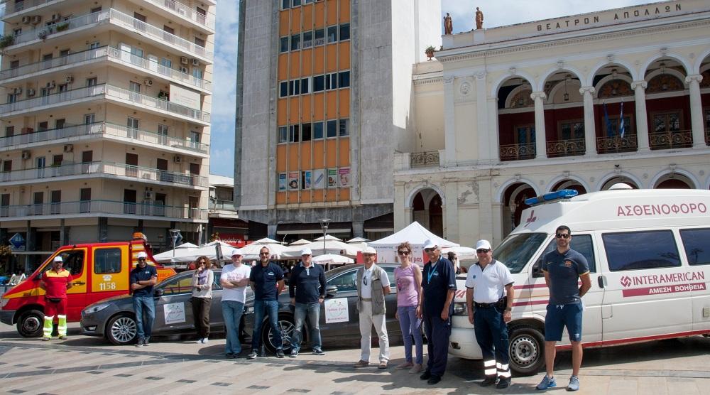 Η λειτουργική ομάδα για την πρακτική επίδειξη οδικής ασφάλειας στην πλατεία Γεωργίου Α' της Πάτρας: η ομάδα της Σχολής Ιαβέρη, στελέχη της INTERAMERICAN και του οργανισμού ΠΕΛΟΠΟΝΝΗΣΟΣ.