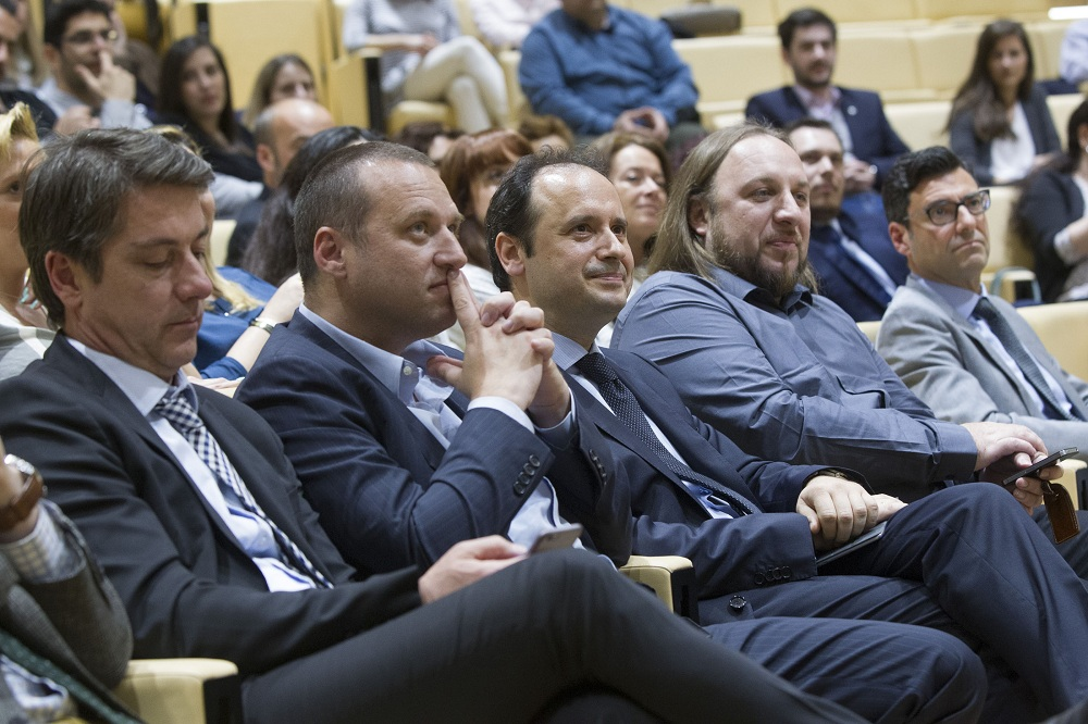 (από αριστερά) Οι κ.κ.: Σωτήρης Συρμακέζης, Γενικός Διευθυντής Λιανικής Τραπεζικής Ομίλου Τράπεζας Πειραιώς, Γιάννης Ρόκκας, Διευθυντής Marketing & Επικοινωνίας Ομίλου Τράπεζας Πειραιώς, Γιώργος Κατσουράνης, Γενικός Διευθυντής της Εξέλιξης, Φώτης Αντωνόπουλος, Πρόεδρος GRECA και Γιώργος Ζαλοκώστας, Πρόεδρος ΙΑΒ Ελλάς.