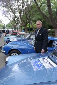 Ο Πρόεδρος και Διευθύνων Σύμβουλος κ. Ν. Μακρόπουλος ανάμεσα στα 4 αυτοκίνητα που έφεραν το λογότυπο της ΕΥΡΩΠΗ Ασφαλιστική.