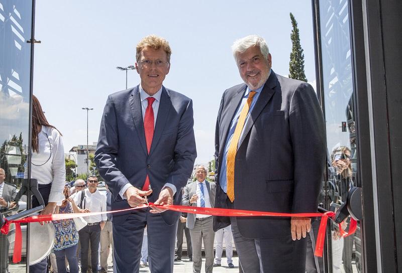 Ο Willem van Duin, πρόεδρος Δ.Σ. της ACHMEA, κόβει την κορδέλα εγκαινιάζοντας το MEDIFIRST. Δίπλα του ο Γιώργος Κώτσαλος, διευθύνων σύμβουλος της INTERAMERICAN.
