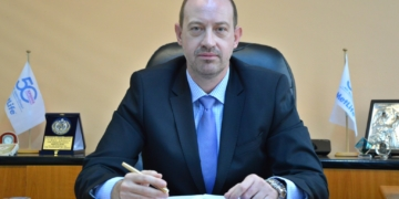 Ο κ. Ευάγγελος Κορδάς, στο γραφείο που διατηρεί για τη MetLife στην πόλη της Λάρισας