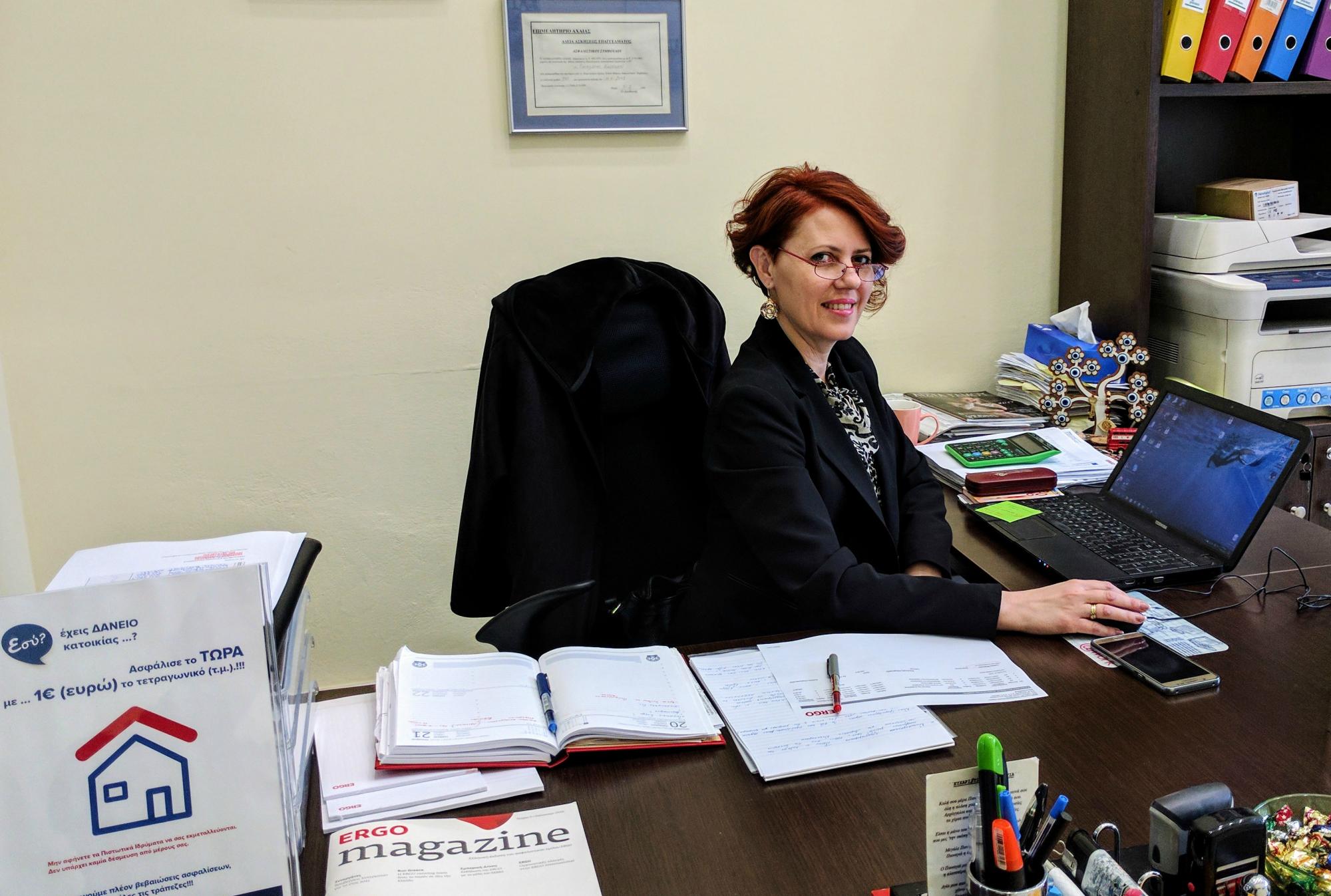 Η κ. Κατσαρού Πηνελόπη, στο γραφείο της στην Πάτρα