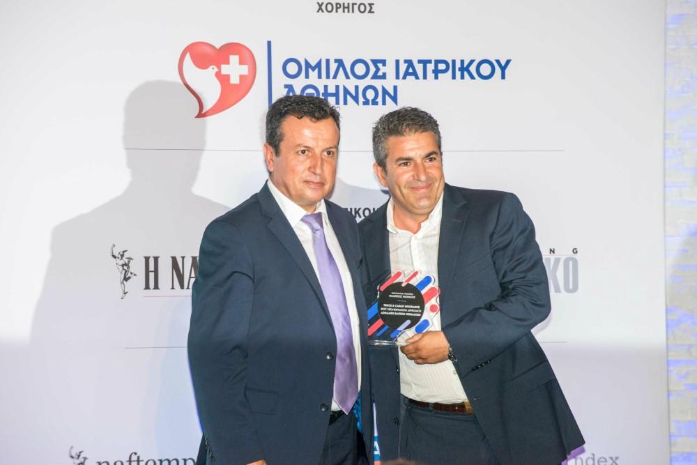 Ο κ. Σαμολαδάς από την Truck & Cargo Insurance παραλαμβάνει το βραβείο του από τον Γιώργο Τάσση, Διευθυντή Πωλήσεων της DAS Hellas
