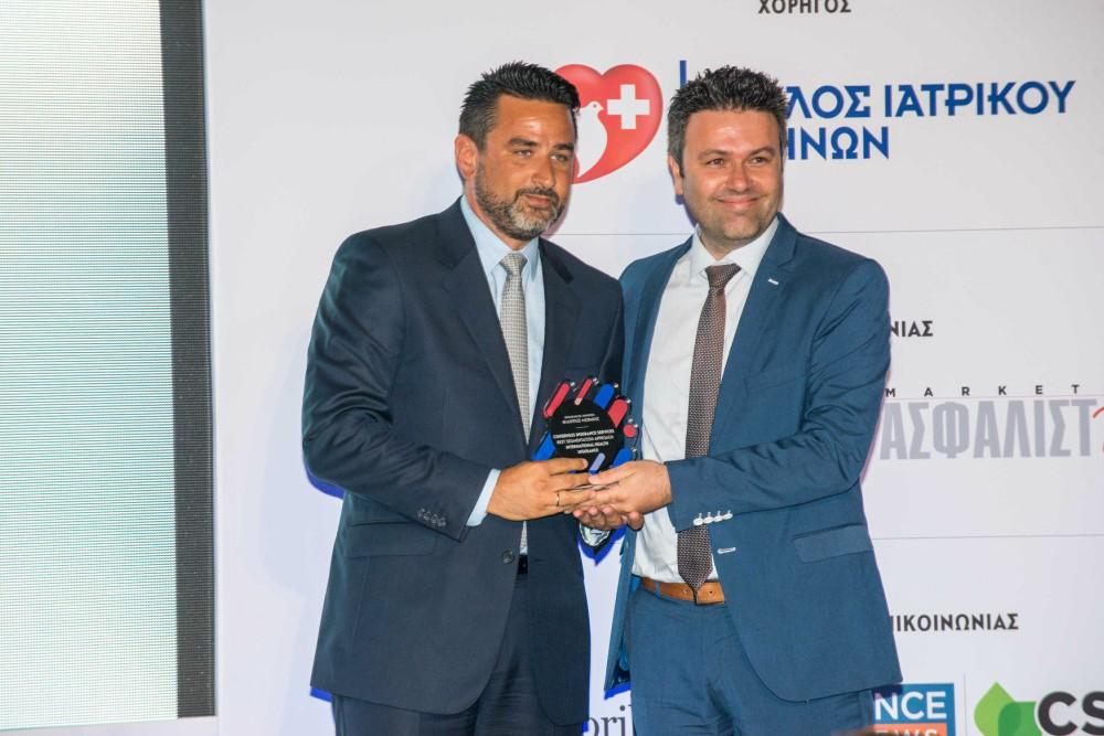 Ο κ. Μυτιληναίος από την Consensus Μεσίτες Ασφαλίσεων παραλαμβάνει το βραβείο του από τον Χαράλαμπο Αναστασιάδη, Διευθυντή Ανάπτυξης Προϊόντων, Marketing & Επικοινωνίας AXA Ασφαλιστική