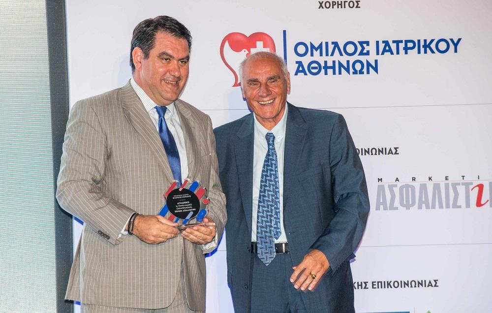 Ο κ. Σηφάκης παραλαμβάνει το βραβείο του από τον κ. Αυλωνίτη, Καθηγητή ΟΠΑ