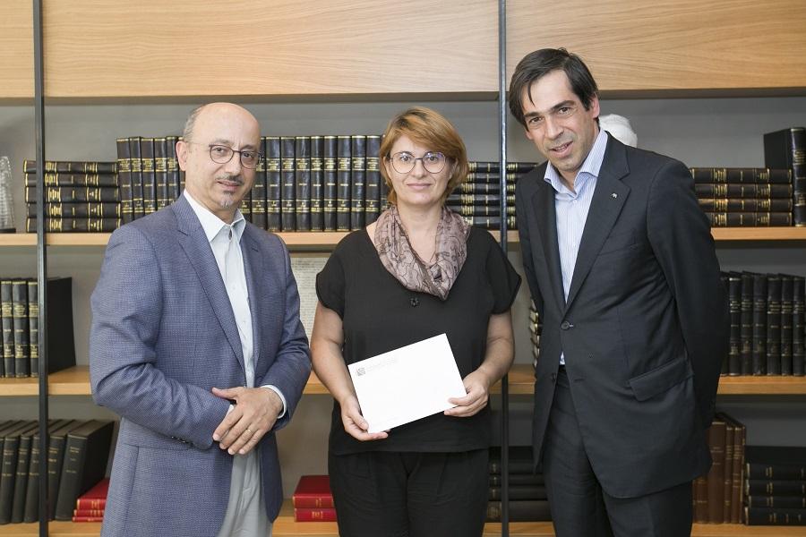 (Από αριστερά) Ο Γιάννης Ρούντος, διευθυντής δημοσίων σχέσεων & εταιρικής υπευθυνότητας της INTERAMERICAN, η Δώρα Μασλίντση, υπεύθυνη συνδρομών και δαπάνης του περιοδικού «σχεδία» και ο Ερρίκος Μοάτσος, πρόεδρος του ΣΕΣΑΕ, κατά την επίδοση της επιταγής στον «Διογένη».