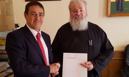 Ο Κυδωνίας και Αποκορώνου Σεβασμιώτατος Μητροπολίτης Δαμασκηνός με τον Στάθη Λουραντάκη, διευθυντή του διοικητικού Γραφείου Πωλήσεων της INTERAMERICAN στα Χανιά.