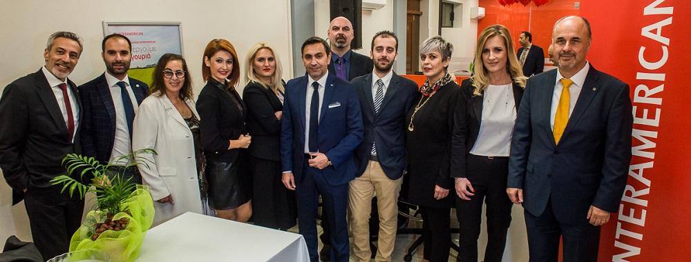 Ο Φώτης Νικολαΐδης (στο κέντρο) με τους συνεργάτες του. Αριστερά, ο διευθυντής του διοικητικού γραφείου πωλήσεων Θεσσαλονίκης Χρήστος Χρηστίδης και δεξιά, ο διευθυντής δικτύου πωλήσεων agency, Μανώλης Κούτης.