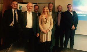 Στιγμιότυπο τη συνάντηση στην Κολωνία. Διακρίνονται από αριστερά: Βασίλης Βήχας, διευθύνων σύμβουλος της ΜΕΝΤΩΡ, Hans-Theo Kuhl, της Gothaer Risk Management (Γερμανία), Hans Peter Maeder, της Swiss Mobiliar (Ελβετία), Anna Bakowska, της Eurapco, Robert van Tongeren, της Achmea (Ολλανδία) – μητρικής της INTERAMERICAN, Hannu Hirvonen, της Tapiola (Φινλανδία), Patrick Koslowski, της Covea - MMA Group (Γαλλία).