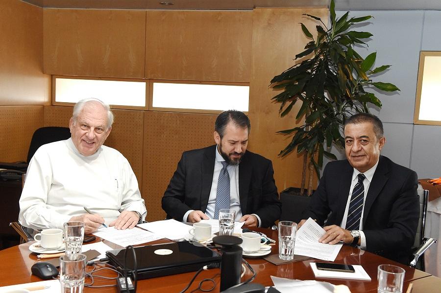 (Από αριστερά) Οι κύριοι Dr. Γεώργιος Σταματίου, Μ/Γ, Πρόεδρος Δ.Σ. Ομίλου ΙΑΣΩ, Καθηγητής Βασίλειος Α. Ζέρρης, MD, MPH, MSc, FAANS, Διευθυντής Nευροχειρουργός ΙΑΣΩ Παίδων και Υπεύθυνος ΜΕΝΝ ΙΑΣΩ, Καθηγητής Νευροχειρουργικής στο Ευρωπαϊκό Πανεπιστήμιο Κύπρου,  Χριστόφορος Χατζηκυπριανού, Πρόεδρος & Διευθύνων Σύμβουλος του Ευρωπαϊκού Πανεπιστημίου Κύπρου