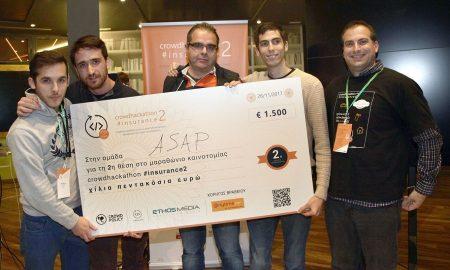 Η βραβευθείσα Ομάδα ASAP με τον Πάνο Κούβαλη, διευθυντή της Anytime
