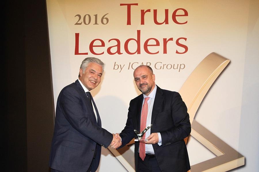 Στάθης Τσαούσης παραλαμβάνει το βραβείο «True Leader» από τον Μιχάλη Σιαμίδη