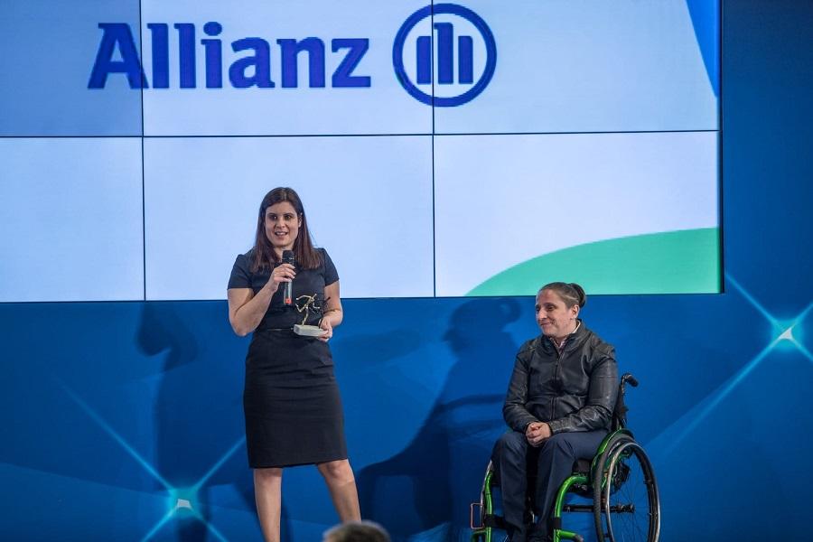 Η Τζούλη Πανάγου, Διευθύντρια Market Management & Επικοινωνίας της Allianz Ελλάδος, παραλαμβάνει το βραβείο από την Παραολυμπιονίκη Στίβου, Δήμητρα Κοροκίδα