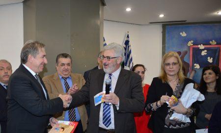Στιγμιότυπο από την εορταστική εκδήλωση του Πανεπιστημίου Πειραιώς, με τους Άγγελο Κότιο, πρύτανη και Νίκο Φίλιππα, καθηγητή και συγγραφέα των βιβλίων που διανεμήθηκαν στα παιδιά