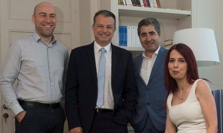 Ο Γιώργος Πλωμαρίτης, διευθυντής ομαδικών ασφαλίσεων & corporate business της INTERAMERICAN, με τα στελέχη του τομέα Κώστα Ντούτση (αριστερά) και Βαγγέλη Τσιμπλιάρη, Στέλλα Δήμου