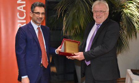 Ο Γιάννης Καντώρος, διευθύνων σύμβουλος INTERAMERICAN, απονέμει την τιμητική διάκριση στον Νίκο Πατσιούρα, πρόεδρο του Συνεταιρισμού Κροκοπαραγωγών Κοζάνης