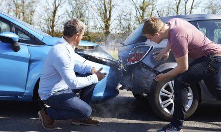 2 άντρες οδηγοί εμπολέοκνται σε ατυχημα με τα αυτοκίνητα τους και βλέπουν τη ζημιά