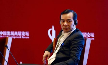 κινεζος καθισμένος σε κόκκινο φόντο