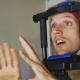 άντρας με καλώδια στο κεφάλι που κουνά τα χέρια του