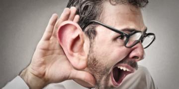 άνθρωπος με μεγάλο αυτό που προσπαθει να ακούσει