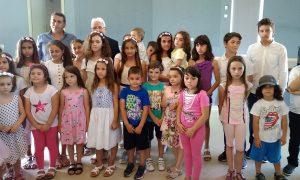 Ο Δρ Γεώργιος Β. Γ. Αποστολόπουλος με τον αντιδήμαρχο Σαμοθράκης και ομάδα παιδιών του νησιού