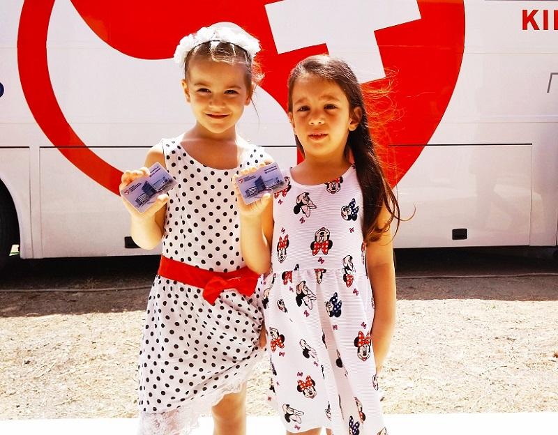 Παιδιά της Σαμοθράκης με τις κάρτες υγείας του Ομίλου στο χέρι