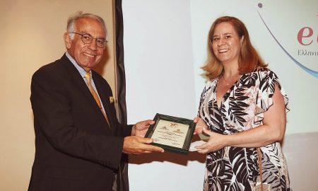 Η HR Manager Ιωάννα Ντανάκα, παραλαμβάνει το βραβείο από τον Πρόεδρο του EBEN GR Αντώνη Γκορτζή