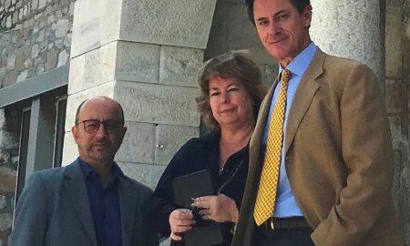 Η Natasha Clive-Βρέκοσι, πρόεδρος του οργανισμού «Αντιμετώπιση Παιδικού Τραύματος», με τους Γιάννη Ρούντο, διευθυντή εταιρικών σχέσεων και υπευθυνότητας της INTERAMERICAN και Αντώνη Γερονικολάου, διευθύνοντα σύμβουλο της κλινικής ΑΘΗΝΑΪΚΗ MEDICLINIC, σε πρόσφατη επίσκεψή τους σε νοσοκομείο παίδων