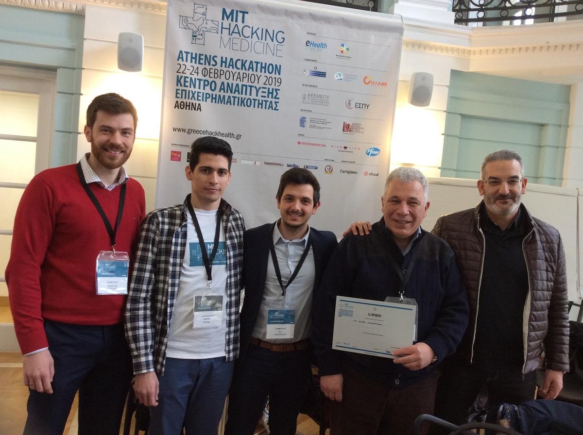 Τα στελέχη της INTERAMERICAN, Β. Τουλιάς και Γ. Βασαλάκης, με τα μέλη της ομάδας «CardioMinitor», στο MIT Hacking Medicine Athens Hackathon