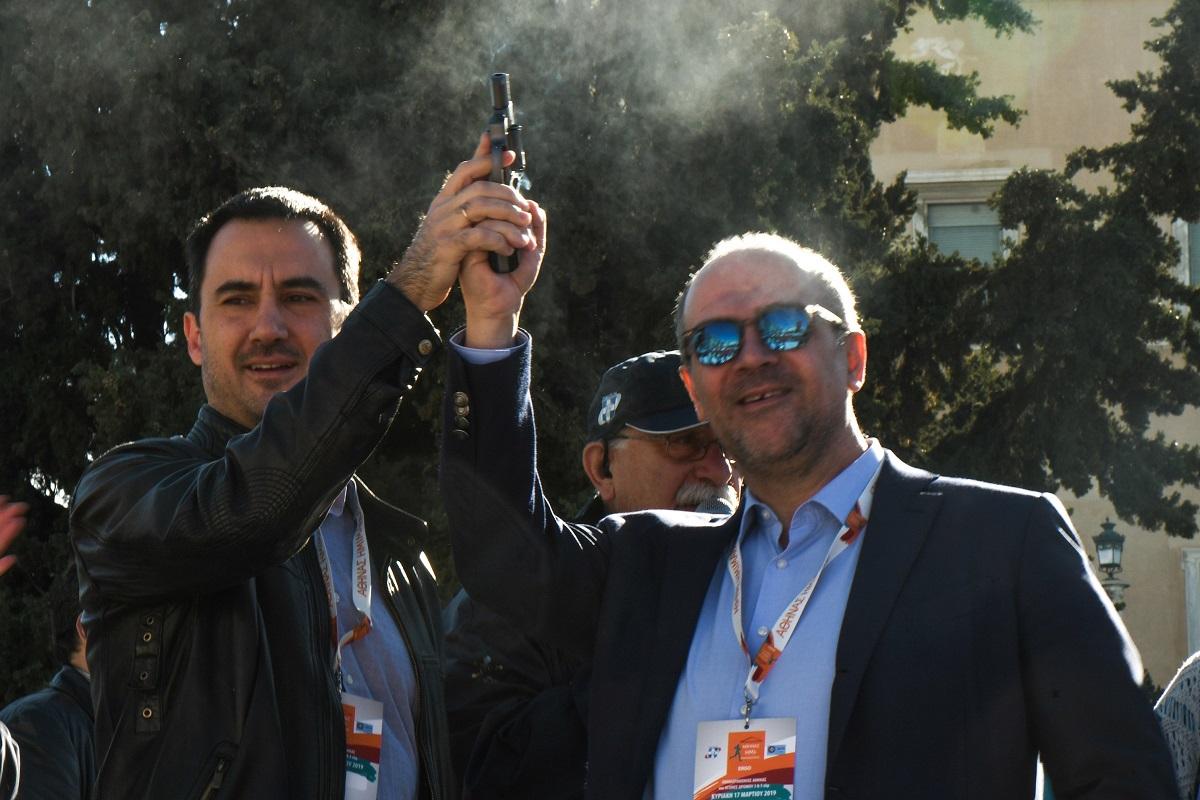 Στιγμιότυπο από την Εκκίνηση του Ημιμαραθωνίου Αγώνα. Από αριστερά ο Υπουργός Εσωτερικών κ. Αλέξανδρος Χαρίτσης μαζί με τον Διευθυντή Τομέα Εμπορικών Λειτουργιών της ERGO κ. Στάθη Τσαούση