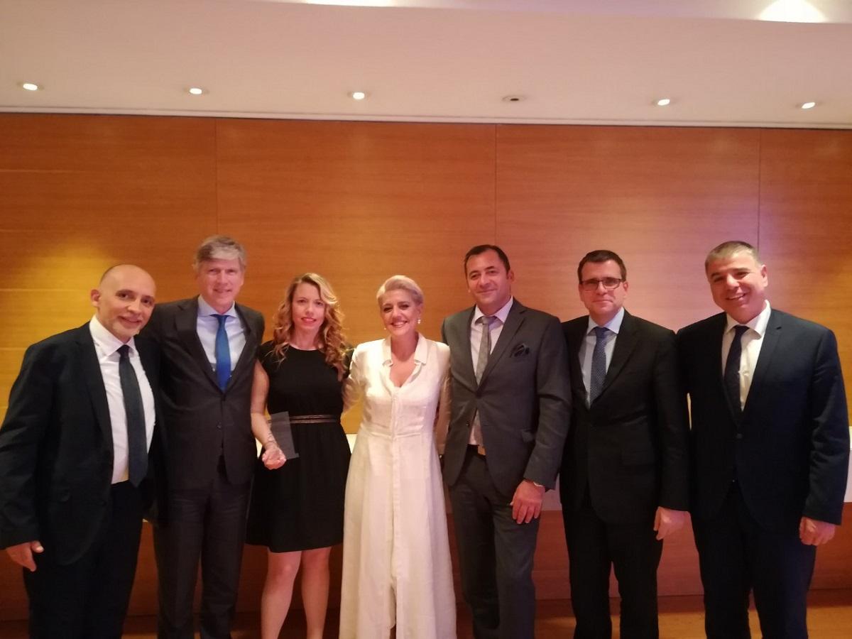 (από αριστερά προς δεξιά): Νίκος Χουλιάρας, Διευθυντής Πωλήσεων, Αλέξανδρος Σαρρηγεωργίου, Πρόεδρος & Διευθύνων Σύμβουλος, Κατερίνα Προεστάκη, Διακεκριμένη Σύμβουλος Πωλήσεων, Μυρτώ Λουτράρη, Διακεκριμένη Σύμβουλος Πωλήσεων, Νίκος Πατσατζής, Υπεύθυνος Ανάπτυξης Πωλήσεων D.S.F., Νίκος Δελένδας, Γενικός Διευθυντής Πωλήσεων & Εκπαίδευσης, Λεωνίδας Σίδερης, Διευθυντής Δικτύων Πωλήσεων, Ομαδικών & Affinities