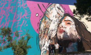 Η τοιχογραφία στο 1ο ΕΠΑΛ Ραφήνας, που φιλοτεχνήθηκε από την UrbanAct. Στο στιγμιότυπο, οι Γιάννης Ρούντος, διευθυντής Εταιρικών Σχέσεων και Υπευθυνότητας INTERAMERICAN, ο Κυριάκος Ιωσηφίδης (UrbanAct) και ο Γεράσιμος Καβαλλιεράτος, διευθυντής του ΕΠΑΛ