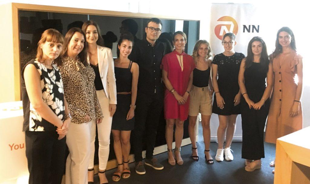 Υπότροφοι του προγράμματος NN Future Matters μαζί με την Πρόεδρο και Διευθύνουσα Σύμβουλο της NN Hellas, κ. Μαριάννα Πολιτοπούλου, την κ. Λώρα Αναστασοπούλου, Γενική Διευθύντρια Ανθρώπινου Δυναμικού και την κ. Ματίνα Παπαϊωάννου, Διευθύντρια Marketing