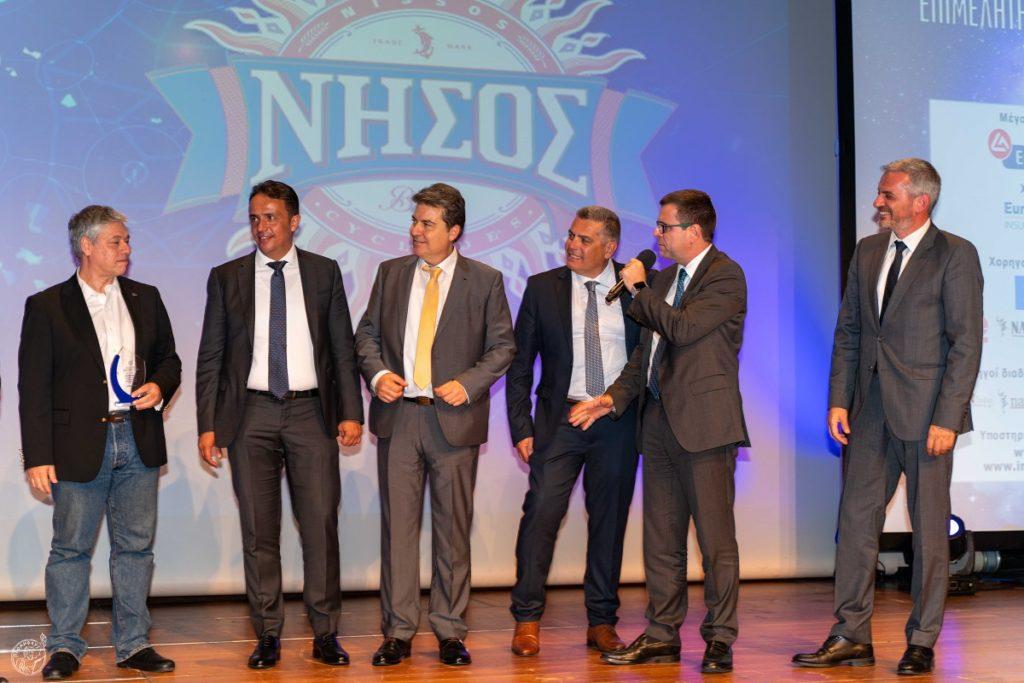 Ο Νίκος Δελένδας, Γενικός Διευθυντής Πωλήσεων & Εκπαίδευσης Eurolife ERB, απονέμει το Βραβείο Κοινού.